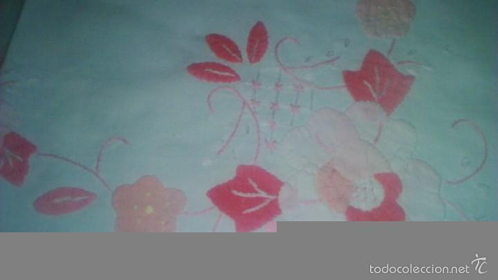 Antigüedades: Mantel de algodón con bordados y trozos de tejido haciendo ramilletes de flores. - Foto 2 - 59473479