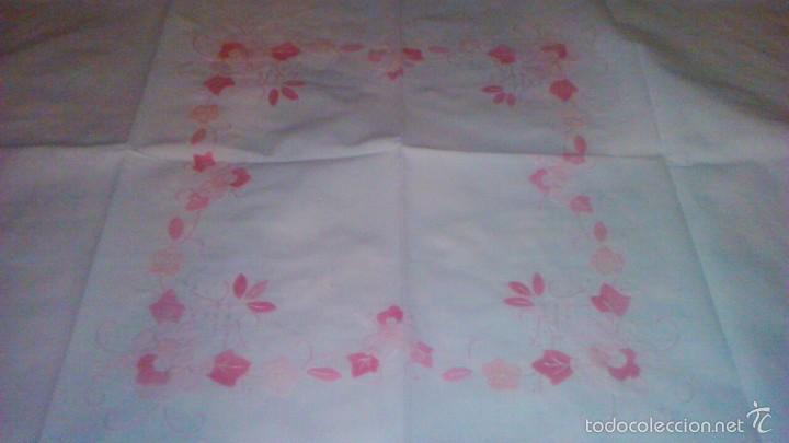 Antigüedades: Mantel de algodón con bordados y trozos de tejido haciendo ramilletes de flores. - Foto 3 - 59473479