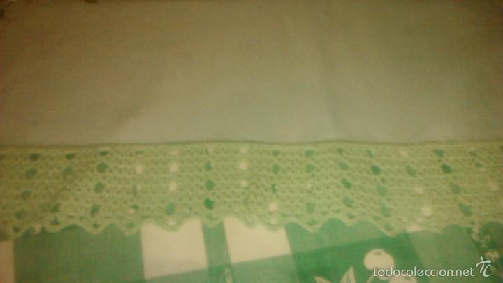 Antigüedades: Antiguo mantel de tejido similar al guatiné con puntilla de ganchillo y bordado a mano.verde suave - Foto 3 - 59473664