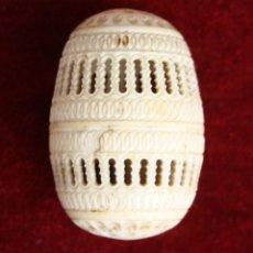 Antigüedades: HUEVO- ESTUCHE DE ROSARIO. HUESO TALLADO Y CALADO. ESPAÑA. FINAL XIX.. Lote 59587719