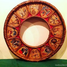 Antigüedades: RUEDA ESPEJO DE MADERA SIGNOS ZODIACALES ARTESANAL MEDIDAS 55CM. Lote 59607559
