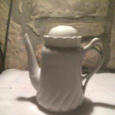 Antigüedades: ANTIGUA CAFETERA / VAJILLA DE PORCELANA BLANCA AÑOS 20-30 . Lote 59655015