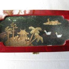 Antigüedades: ANTIGUA CAJA CHINA. MADERA LACADA. FINOS ADORNOS EN CORCHO LABRADO. (VER FOTOGRAFÍAS). Lote 59655027