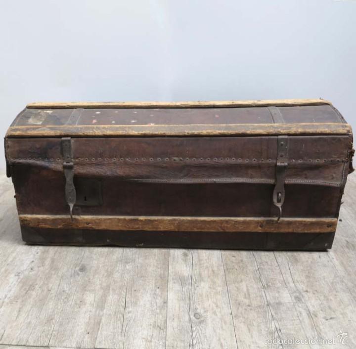 BAÚL DE VIAJE DE CUERO Y MADERA. ALEMANIA 1850 - 1880 (Antigüedades - Muebles Antiguos - Baúles Antiguos)