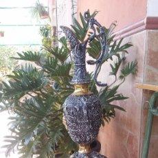 Antigüedades: JARRON Y SOPORTE EN BRONCE. Lote 59669075