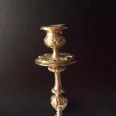 Antigüedades: BONITO CANDELABRO EN METAL PLATEADO DE 22 CM ALTURA. Lote 59671495