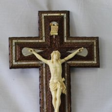 Antigüedades: CRISTO EN LA CRUZ EN PASTA Y MADERA CON NACAR. Lote 69568449