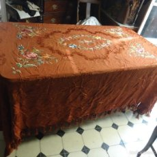 Antigüedades: ANTIGUA COLCHA MARRON SEDINA BORDADOS SEDAS D COLORES IDEAL CAMA MATRIMONIO CONFECCION MANTON MANILA. Lote 59815196