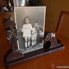Antigüedades: PORTAFOTOS INFANTIL DE MADERA AÑOS 30 - 40 CON SOLDADITO Y PERRO. Lote 59871328