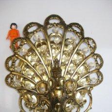 Antigüedades: ELEGANTISIMA LAMPARA APLIQUE ANTIGUA IMPERIO BRONCE DORADO Y CRISTALES PAVO REAL. Lote 59948775