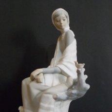 Antigüedades: ANTIGUA FIGURA DE PORCELANA LLADRO DAMA CON PAJARO ACABADO MATE. Lote 60104607
