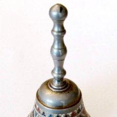 Antigüedades: CAMPANA LLAMADOR DE MANO METALICO DECORACION DAMASQUINADA. Lote 55811000