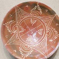 Antigüedades: PLATO DECORATIVO PINTADO A MANO. DE BARRO.. Lote 60169635