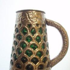 Antigüedades: JARRA. VIDRIO SOPLADO VERDE Y METAL PLATEADO, CINCELADO. HECHA A MANO.. Lote 60186595