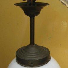 Antigüedades: LAMPARA ANTIGUA LATON Y BOLA CRISTAL OPALINA CABLE POTENTE . Lote 60312867