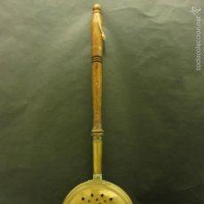 Antigüedades: ANTIGUO BRASERO O CALIENTA CAMAS DE LATÓN 19 CM DE DIÁMETRO Y MANGO DE DE 52 CM. F530. Lote 60318903