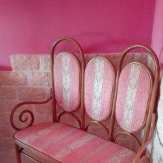 Antigüedades: SILLON DOBLE DE MADERA DE HAYA CURVADA ESTILO THONET .FABRICANTE D .LUIS NUÑEZ RODRÍGUEZ.DE LOS 40. Lote 60428611
