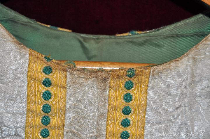 Antigüedades: CASULLA EN ROPA DAMASCADA CON RIBETES DORADOS - Foto 6 - 60470451
