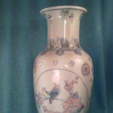 Antigüedades: JARRÓN EN PORCELANA CHINA PINTADA A MANO. AÑOS 50.. Lote 60563863