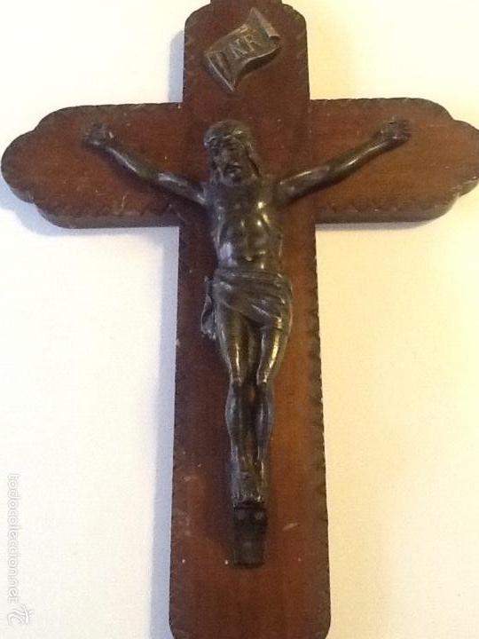 ANTIGUA CRUZ DE MADERA TALLADA CON CRISTO EN BRONCE (Antigüedades - Religiosas - Crucifijos Antiguos)