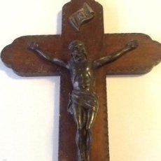 Antigüedades: ANTIGUA CRUZ DE MADERA TALLADA CON CRISTO EN BRONCE. Lote 60696731