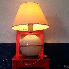 Antigüedades: LAMPARA DE MESA VINTAGE CON BASE DE VIDRIO. Lote 60709771