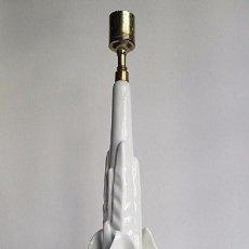 Antigüedades: LAMPARA DE CERAMICA DE MANISES COLOR BLANCO CON BASE DE MADERA DORADA 48 CM. ALTURA. Lote 60724283