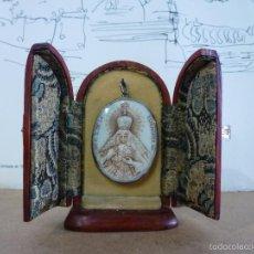 Antigüedades: CAPILLA DE VIAJE, CON MEDALLA DE LA VIRGEN N. S. DE LA ESPERANZA.. Lote 112222943