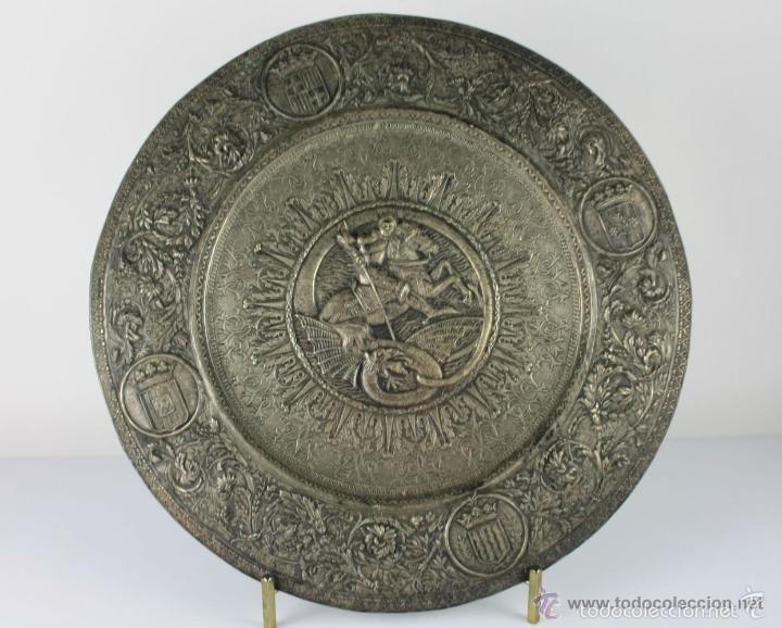PLATO DECORATIVO EN METAL PLATEADO REPRESENTANDO SANT JORDI. S. XIX. (Antigüedades - Hogar y Decoración - Platos Antiguos)