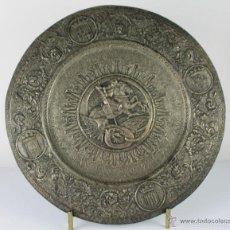 Antigüedades: PLATO DECORATIVO EN METAL PLATEADO REPRESENTANDO SANT JORDI. S. XIX.. Lote 60851213
