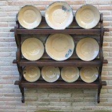 Antigüedades: GRAN PLATERO ANTIGUO EN MADERA DE CASTAÑO CON 10 PLATOS VIDRIADOS DE TERUEL.. Lote 60988579