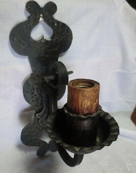ANTIGUO APLIQUE DE HIERRO FORJADO ELECTRIFICADO (Antigüedades - Iluminación - Apliques Antiguos)