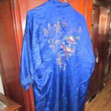 Antigüedades: OCASION KIMONO CHINO DE SEDA AZUL, BORDADO A MANO.. Lote 61247891