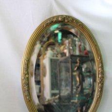Antigüedades: ESPEJO OVALADO EN MADERA DORADA CON CRISTAL VISELADO. Lote 61306619