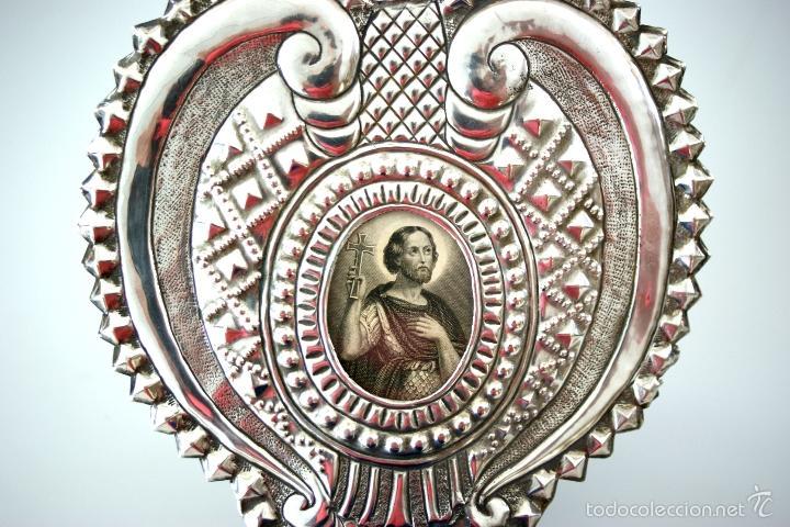 Antigüedades: BENDITERA DE PLATA REPUJADA Y RELICARIO CENTRAL - S. XIX - Foto 7 - 61319139