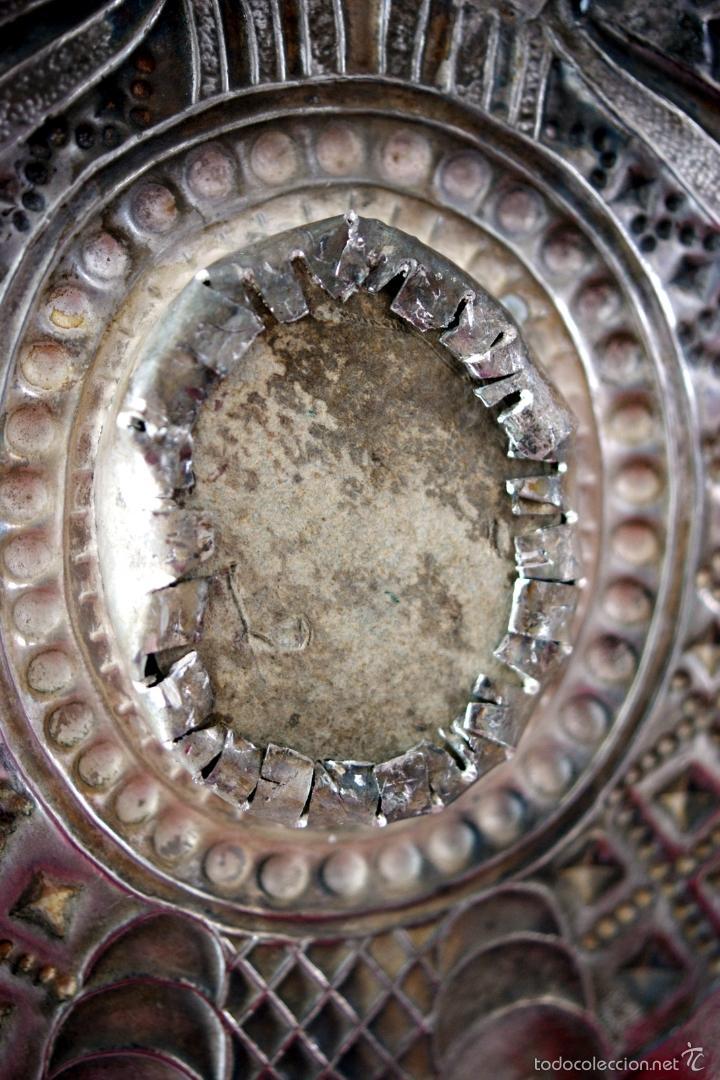 Antigüedades: BENDITERA DE PLATA REPUJADA Y RELICARIO CENTRAL - S. XIX - Foto 9 - 61319139