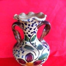 Antigüedades: ANTIGUO JARRON CERAMICA ESPAÑOLA ESTILO TALAVERA PINTADO A MANO. Lote 61332499