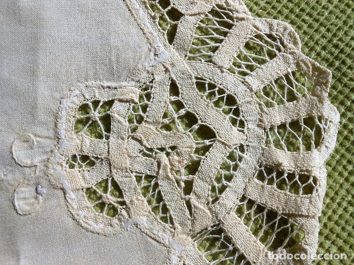 Antigüedades: Precioso camino de mesa,bordado a mano y encajes de brujas.Beige 40 x 85 cm. Nuevo - Foto 3 - 62228838