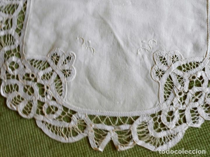 Antigüedades: Precioso camino de mesa,bordado a mano y encajes de brujas.Beige 40 x 85 cm. Nuevo - Foto 4 - 62228838