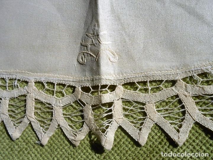 Antigüedades: Precioso camino de mesa,bordado a mano y encajes de brujas.Beige 40 x 85 cm. Nuevo - Foto 5 - 62228838