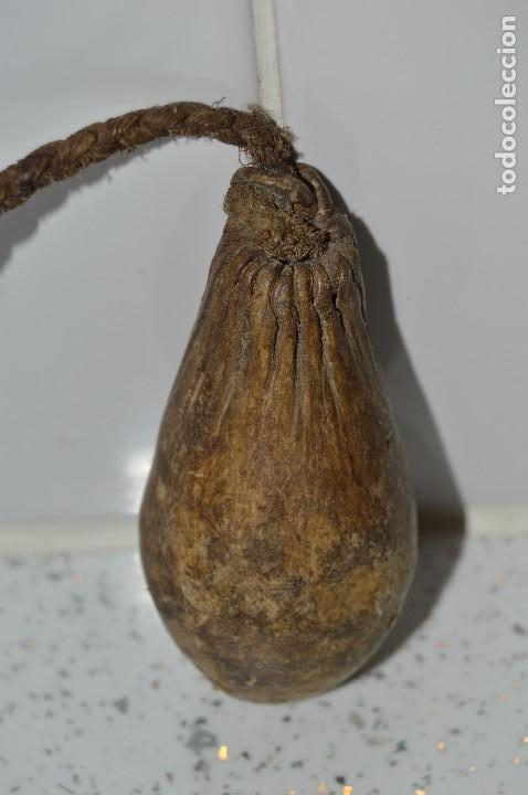 Antigüedades: Antiguo útil de caza, Piel y cuerda, similar a unas boleadoras. - Foto 10 - 61415819