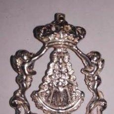 Antigüedades: BONITA MEDALLA VIRGEN DEL ROCIO CON ORLA DE ANGELITOS Y CORONA EN PLATA DE LEY - 36X25MM. Lote 61500131