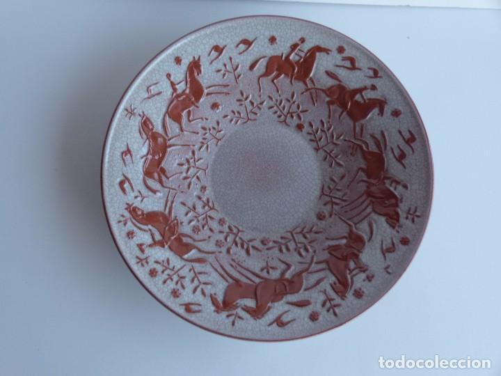 GRAN PLATO PARA DECORACIÓN DE PARED. CERÁMICA DECORADA EN RELIEVE. KARLSRUHER MAJOLIKA. AÑOS 30. (Antigüedades - Porcelana y Cerámica - Alemana - Meissen)