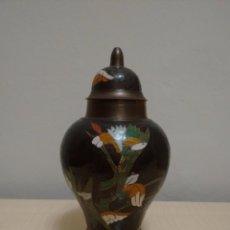 Antigüedades: JARRÓN DE METAL ESMALTADO CLOISONNE. Lote 61626296