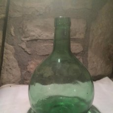 Antigüedades: ANTIGUA GARRAFA DE CRISTAL VERDE DAMA JUANA CRISTAL MOLDEADO AÑOS 40-50. Lote 233027395