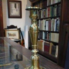 Antigüedades: CANDELABRO DE LATÓN MAZIZO DE IGLESIA, CRANDES DIMENSIONES S. XIX . Lote 61733064