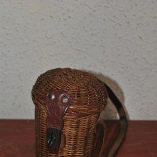 Antigüedades: FUNDA DE MIMBRE Y CUERO PARA VASO DE CRISTAL DE BALNEARIO - PP. S.XX. Lote 61779152