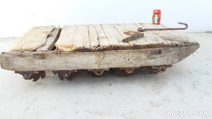 Antigüedades: Antiguo TRILLO de madera y rodillos de hierro trillar - Foto 2 - 61799824