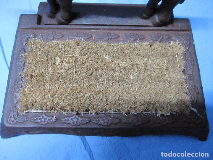 Antigüedades: ANTIGUA ANTIGUO CEPILLO VACA PARA LIMPIAR CALZADO SUELAS DE LOS ZAPATOS HABITUALMENTE EN PUERTAS - Foto 3 - 176312307