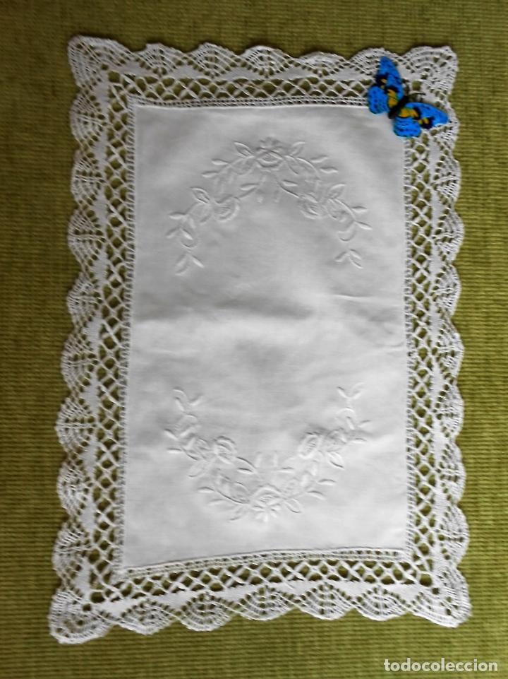 Antigüedades: Antiqua Tapete bordado y bolillo a mano.Hilo Algodon blanco.30 x 45 cm. .Nuevo - Foto 2 - 174013988